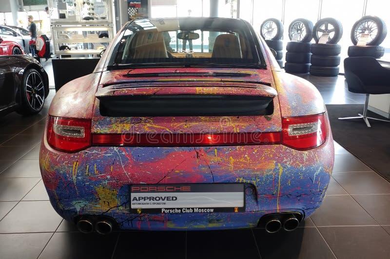 Moskau, Russland - 30. April 2019: Mehrfarbiges Porsche 911 im Ausstellungsraum Das Auto wird mit einer B?rste vom K?nstler von A lizenzfreies stockbild