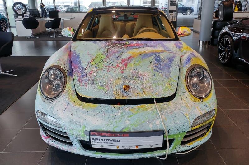 Moskau, Russland - 30. April 2019: Mehrfarbiges Porsche 911 im Ausstellungsraum Das Auto wird mit einer B?rste vom K?nstler von A lizenzfreie stockfotos