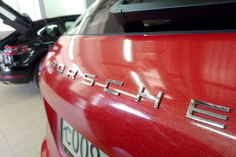 Moskau, Russland - 14. April 2019: Porsche Macan wickelte im hellen roten metallischen Farbvinylfilm ein Aufschriftnahaufnahme stockbilder