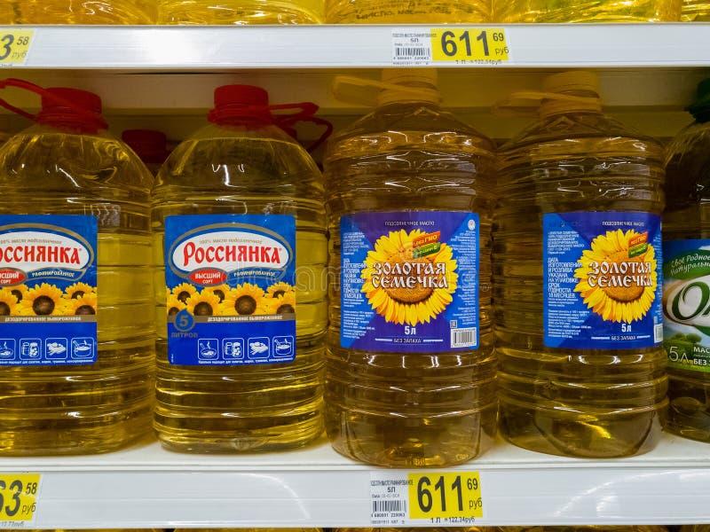 Moskau, Russland - 14. April 2018 Sonnenblumenöl in den 5-Liter-Flaschen in Auchan-Speicher lizenzfreie stockfotos