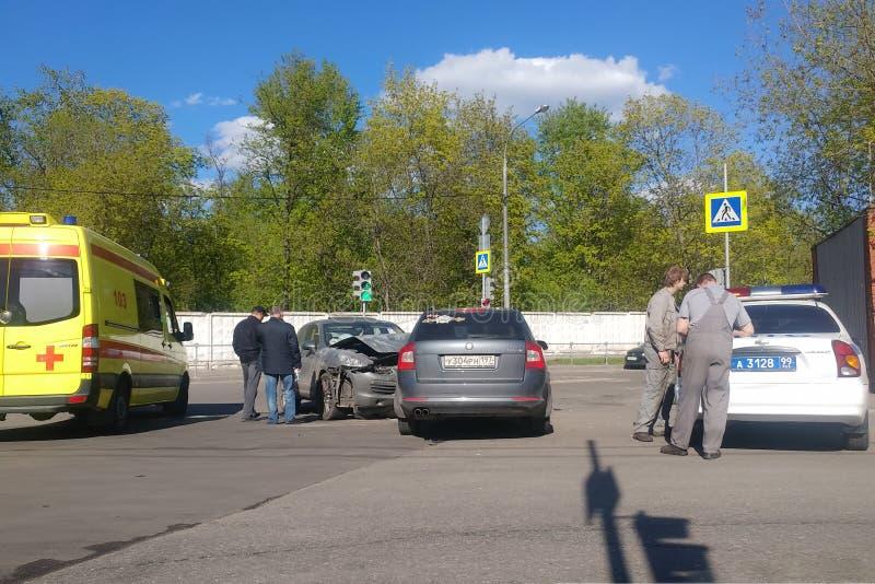 Moskau, Russland - 14. April 2019: Straßenverkehrsunfall auf der Straße Zwei Autos stießen in einander zusammen Porsche Cayenne s stockfotografie