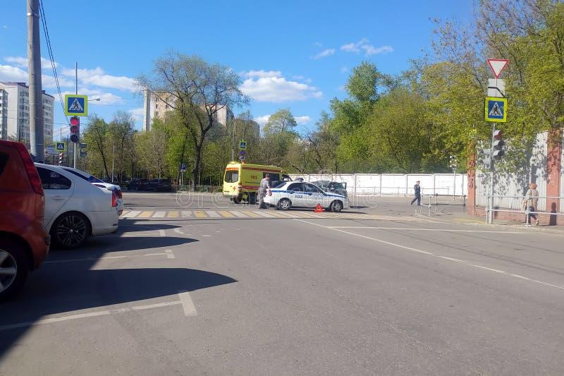 Moskau, Russland - 14. April 2019: Stra?enverkehrsunfall auf der Stra?e Zwei Autos stie?en in einander zusammen Porsche Cayenne s stockfotos