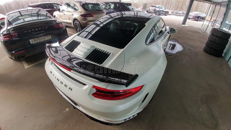 Moskau, Russland - 29. April 2019: Wei?es Matt-Porsche 911 Turbo in der exklusiven breiter und Kohlenstoffk?rperausr?stung nannte lizenzfreies stockbild