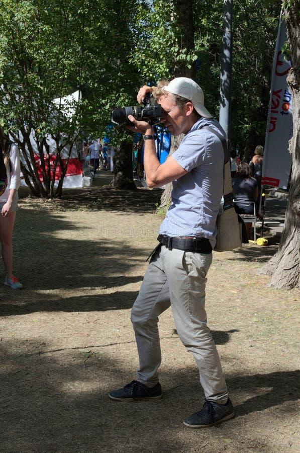 MOSKAU, RUSSLAND - 12. AUGUST 2018: der Fotograf bei der Arbeit lizenzfreie stockfotos