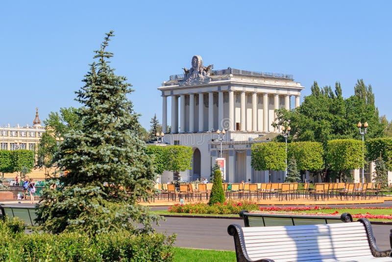 Moskau, Russland - 1. August 2018: Pavillon-Optik auf Ausstellung von Leistungen der Volkswirtschaft VDNH in Moskau auf einem bac lizenzfreies stockbild