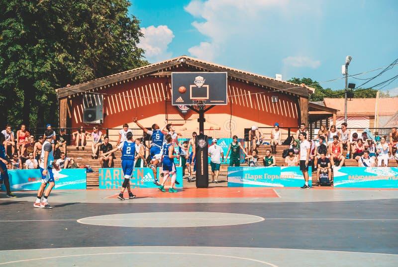 Moskau, Russland - 4. August 2018: Team, das Basketball im Gorky-Park im Sommer spielt Basketball-Spieler wirft den Ball lizenzfreies stockfoto