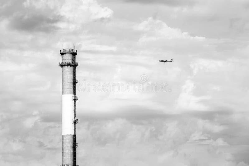 Moskau, Russland - 23. August 2016: UTair Boeing 737 entfernte sich von Vnukovo-Flughafen Flugzeug steigt in den Himmel auf lizenzfreie stockbilder