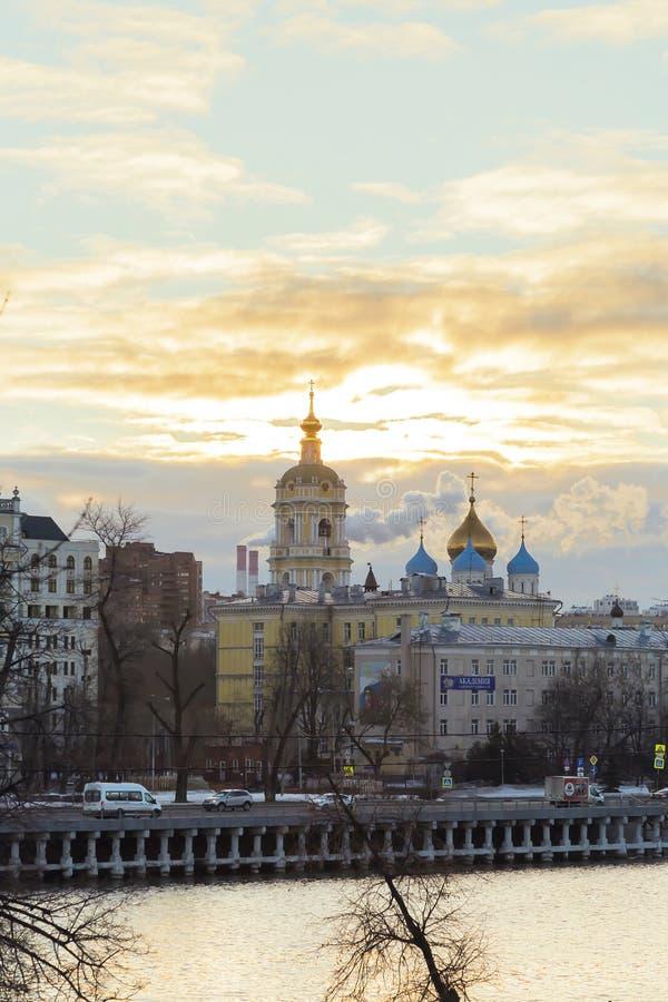 MOSKAU, RUSSLAND - 02 27 2019: Dämmerung über Moskau Tempelkirchenkapellenkreuze und -hauben Kloster Novospassky Stavropegic und stockbilder
