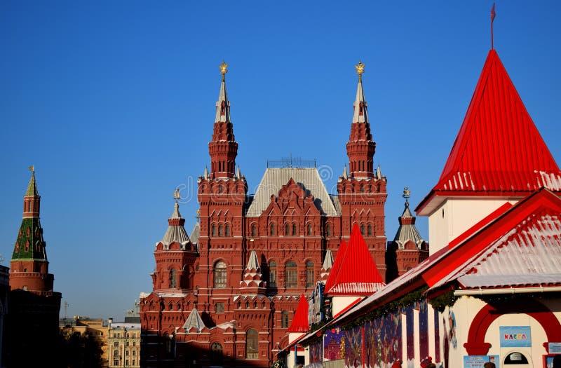 Moskau, Russland - 16. Dezember 2018: Das Staatliche Historische Museum und die GUM-Eisbahn stockfotografie