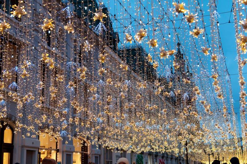 Moskau, Russland - 23. Dezember 2017 Nikolskaya-Straße am Abend des neuen Jahres und des Weihnachten beleuchten Dekoration stockbild