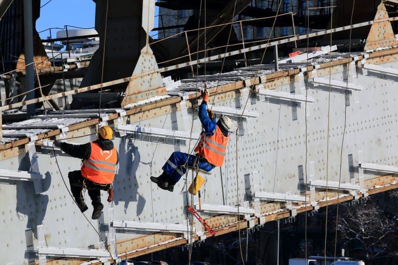 Moskau, Russland - 14. Februar 2019: Arbeitskräfte führen Arbeit im Winter im kühlen Wetter durch lizenzfreies stockfoto