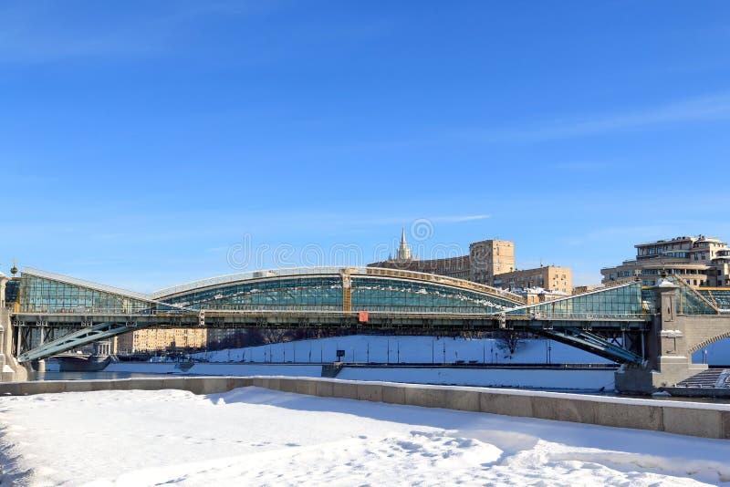 Moskau, Russland - 14. Februar 2019: Bogdan Khmelnitsky-Fußgängerbrücke und schneebedeckter Damm stockfotos