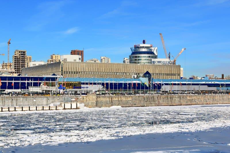 Moskau, Russland - 14. Februar 2019: Expocenter auf Krasnopresnenskaya-Damm des Moskau-Flusses an einem sonnigen Wintertag lizenzfreie stockbilder