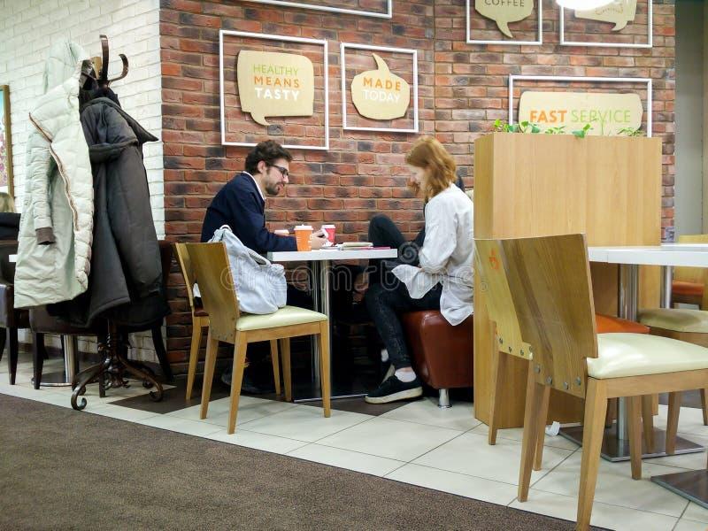 Moskau, Russland - 9. Februar 2017: Innenraum eines Hauptcafés im Stadtzentrum stockfotos