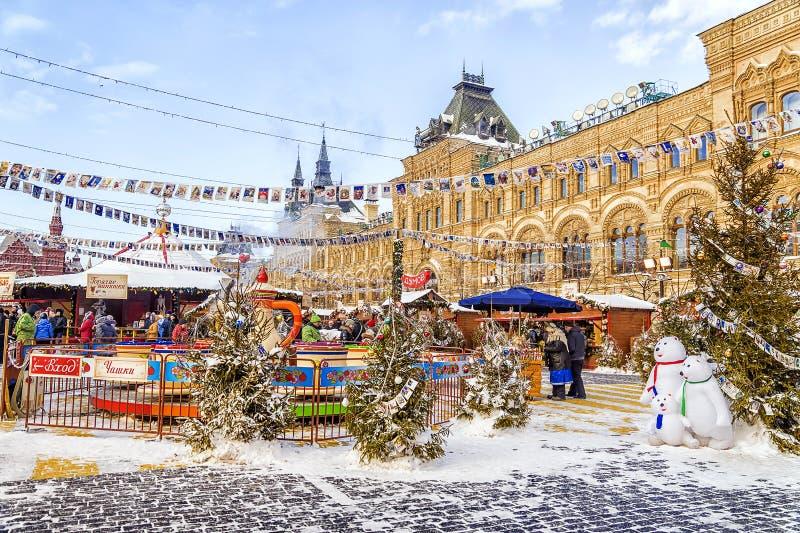 MOSKAU, RUSSLAND -24 im Januar 2016: Weihnachtsmarkt am Roten Platz herein lizenzfreie stockfotos
