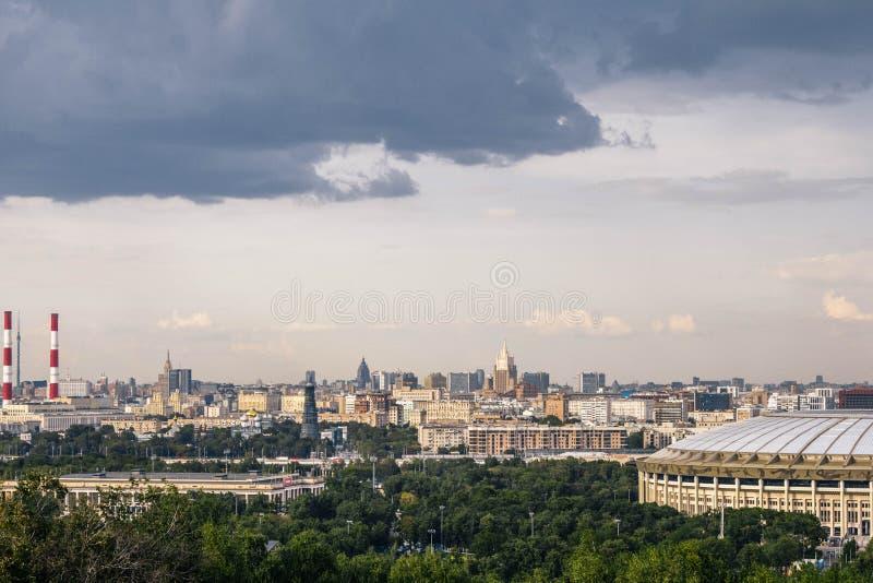 Moskau, Russland, im Juli 2019: die Ansicht des Luzhniki-Stadions von den Spatzenhügeln Panoramablick von Moskau von oben stockfotografie