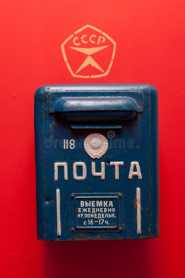 Moskau/Russland - 9. Januar 2013: Blauer alter sowjetischer Briefkasten auf rotem Hintergrund stockfotos