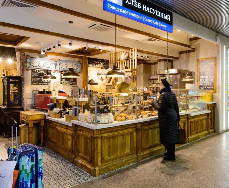 MOSKAU, RUSSLAND - 31. JANUAR 2017: Café und großartiger Bäckereishopinnenraum lizenzfreie stockbilder