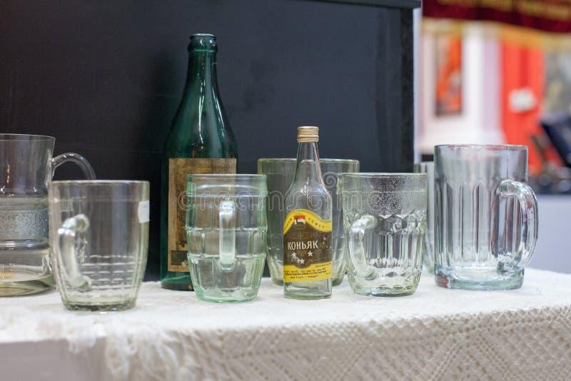 Moskau/Russland - 9. Januar 2013: Sowjetische Bierkrüge und geschliffene Gläser stockbilder