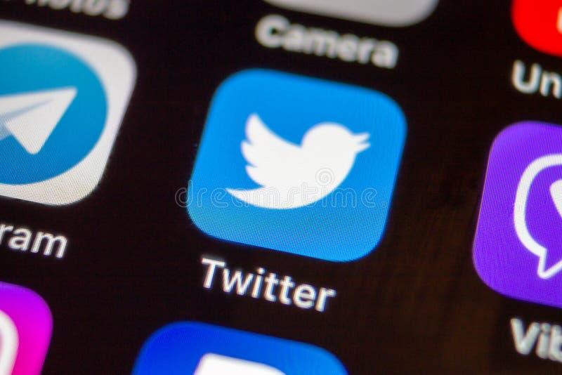MOSKAU, RUSSLAND - 11. JANUAR 2018: Twitter-Anwendungsikone auf lcd-Schirmabschluß oben stockfotos