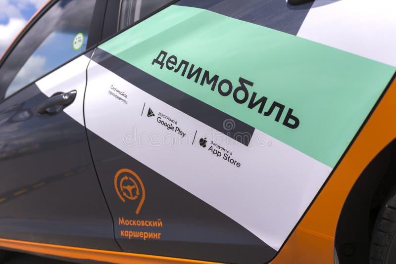 Moskau, Russland, am 30. Juli 2019 Delimobil - das Auto des russischen Carsharings in Moskau Nahaufnahme lizenzfreie stockfotos
