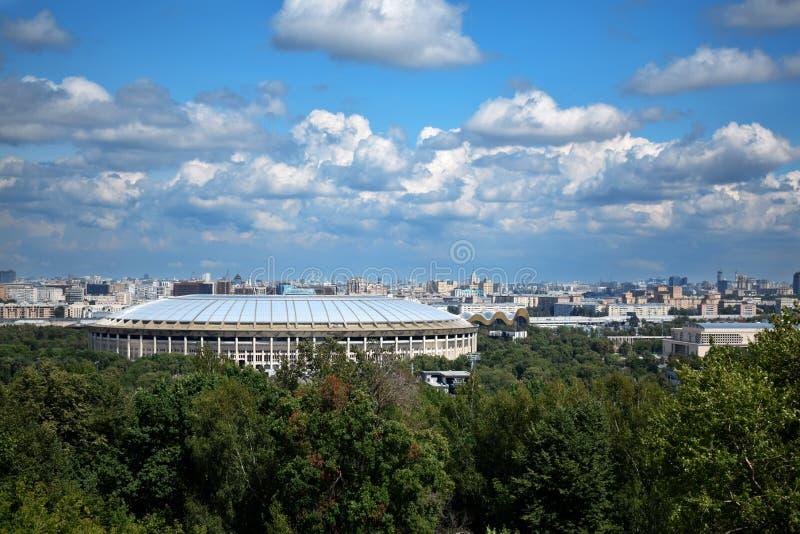 Moskau, Russland - 8. Juli 2019: Die Ansicht des Luzhniki-Stadions von den Spatzen-Hügeln lizenzfreie stockfotos