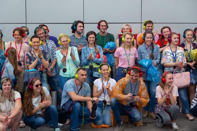 MOSKAU, RUSSLAND - 22. JULI 2018: Eine Gruppe junge Leute in den mehrfarbigen Kopfhörern SONY h Ohr an erfasst für Suchpartei stockfotos