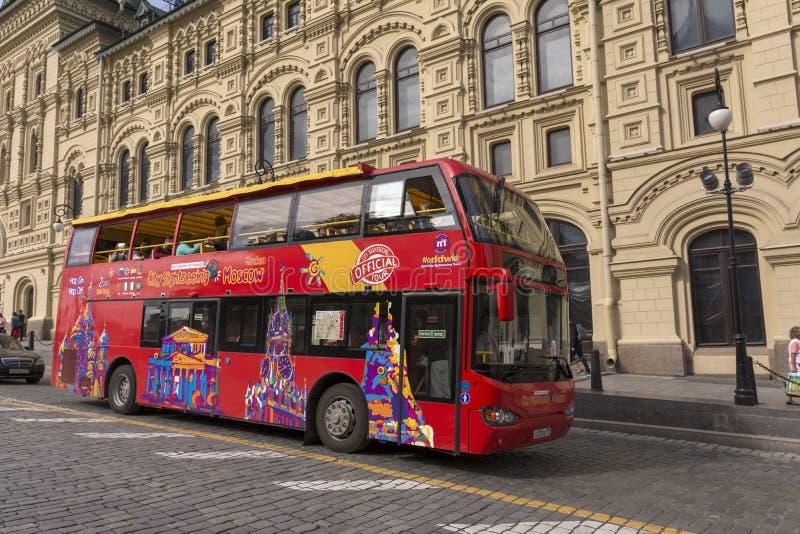 Moskau, Russland 5. Juli 2019 Exkursionsdoppelstöckiger bus auf der Straße lizenzfreie stockfotos