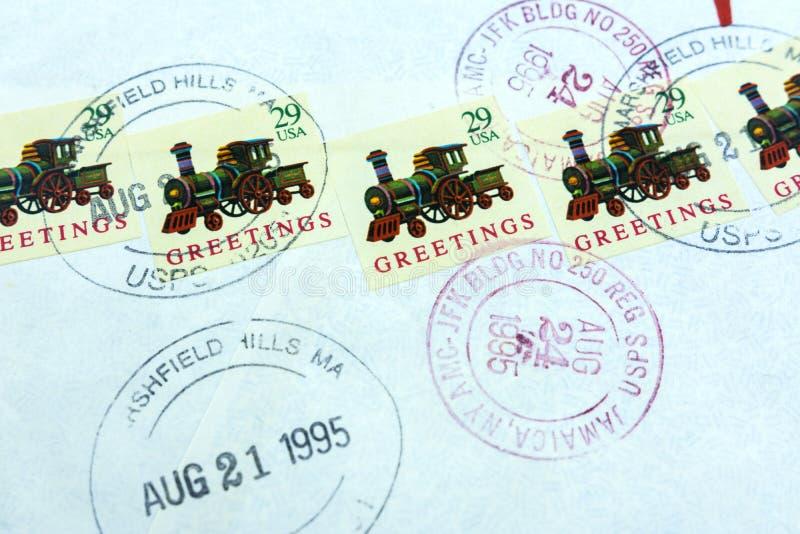 moskau Russland 29. Juli 2019 Wirkliche Umschlaghinterpost US im Jahre 1995 Die Rückseite des Buchstaben Annullierte Briefmarken lizenzfreies stockbild