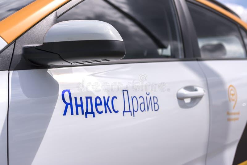 Moskau, Russland, am 30. Juli 2019 Yandex-Antrieb - russisches Carsharing- Auto in Moskau Nahaufnahmefokus auf dem ersten Buchsta lizenzfreie stockfotos