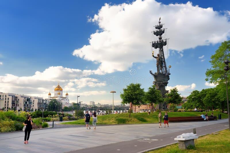 Moskau, Russland - 16. Juni 2019: Ansicht des Museon, Krymskaya-Damm, Monument zu Peter der Große, Kathedralen-Christus-Retter an stockfotografie