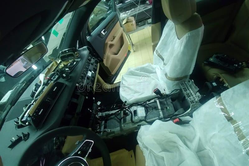 Moskau, Russland - 4. Juni 2019: Auseinandergebautes Auto Innen-Porsche Cayenne E3 2019 Reparaturen und Diagnosen des Neuwagens stockbild