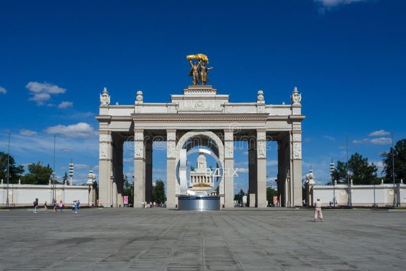 Moskau, Russland - 24. Juni 2019: Ausstellung von Leistungen der Volkswirtschaft Haupteingang auf VDNH in Moskau lizenzfreies stockbild