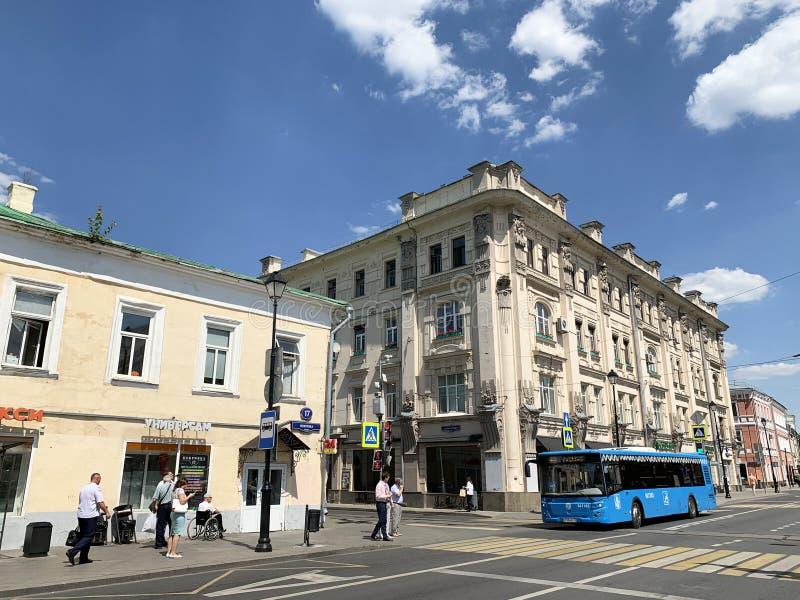 Moskau, Russland, Juni, 20, 2019 Blauer Bus gibt Pokrovka-Straße im Bereich von Häusern 17 und 19 am sonnigen Sommertag weiter lizenzfreie stockfotografie