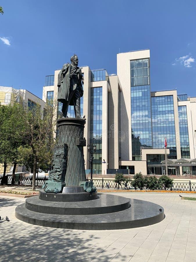 Moskau, Russland, Juni, 20, 2019 Denkmal zu V g Shukhov vor dem hintergrund Hauptsitze LUKOILS auf Sretensky-Boulevard I lizenzfreies stockbild