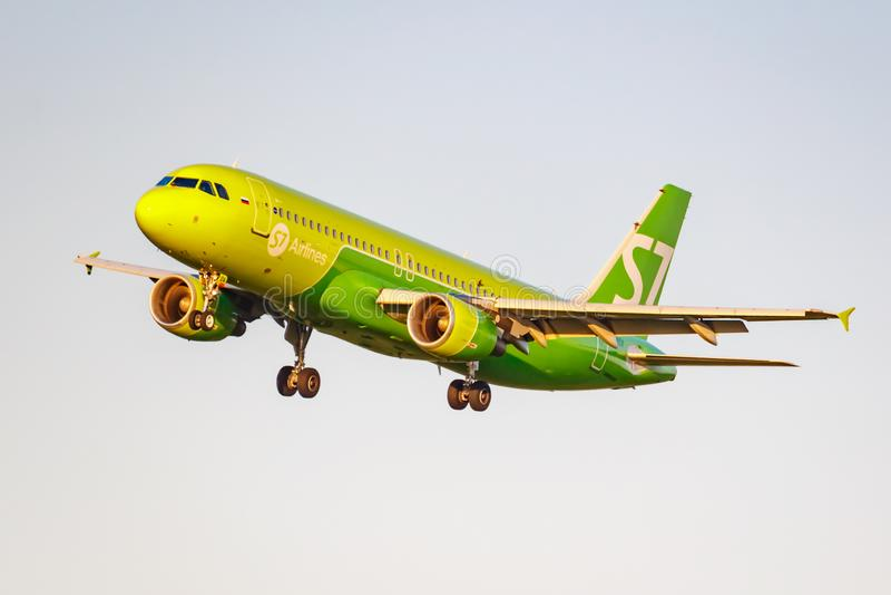 Moskau, Russland - 20. Juni 2019: Flugzeuge Airbus A320-214 VQ-BOA von Fluglinien S7 Sibirien, die an internationalem Flughafen D stockbild