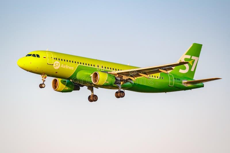 Moskau, Russland - 20. Juni 2019: Flugzeuge Airbus A320-214 VQ-BOA von Fluglinien S7 Sibirien, die an internationalem Flughafen D stockbilder