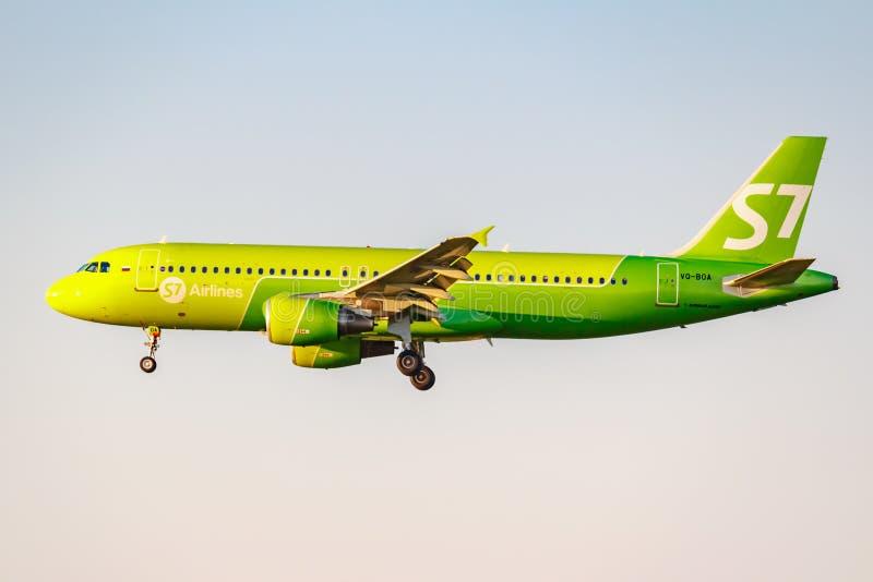 Moskau, Russland - 20. Juni 2019: Flugzeuge Airbus A320-214 VQ-BOA von Fluglinien S7 Sibirien, die an internationalem Flughafen D stockfotos