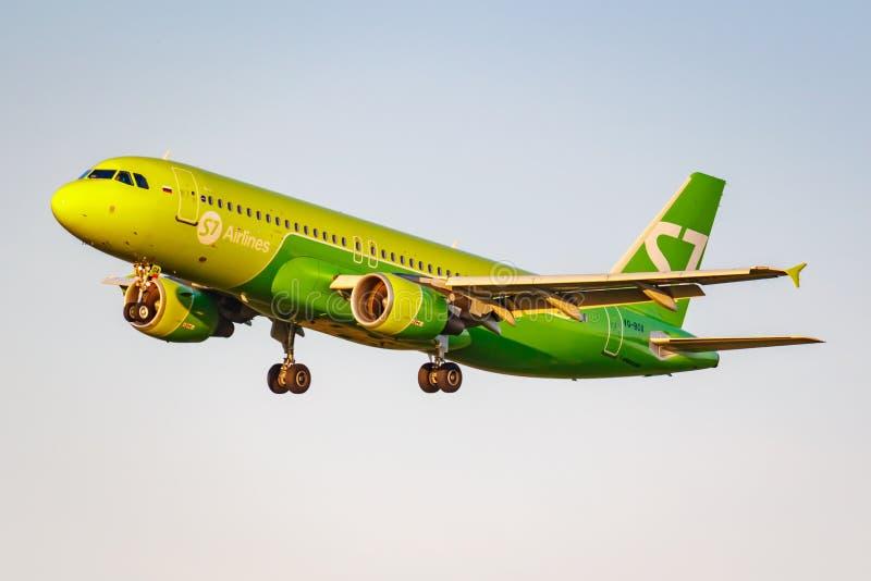 Moskau, Russland - 20. Juni 2019: Flugzeuge Airbus A320-214 VQ-BOA von Fluglinien S7 Sibirien, die an internationalem Flughafen D lizenzfreie stockfotografie
