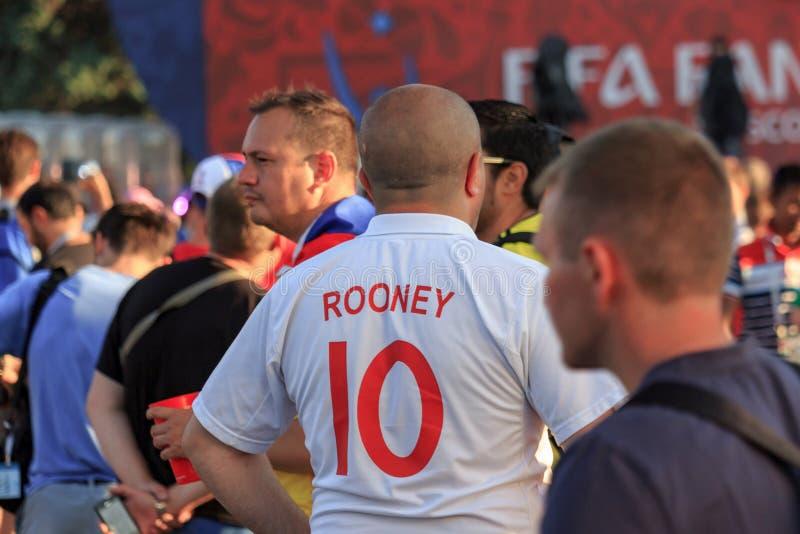 Moskau, Russland - 28. Juni 2018: Fußballfan in einem weißen T-Shirt mit der Aufschrift Rooney 10 am FIFA-Fan Fest 2018 in Moskau stockbild