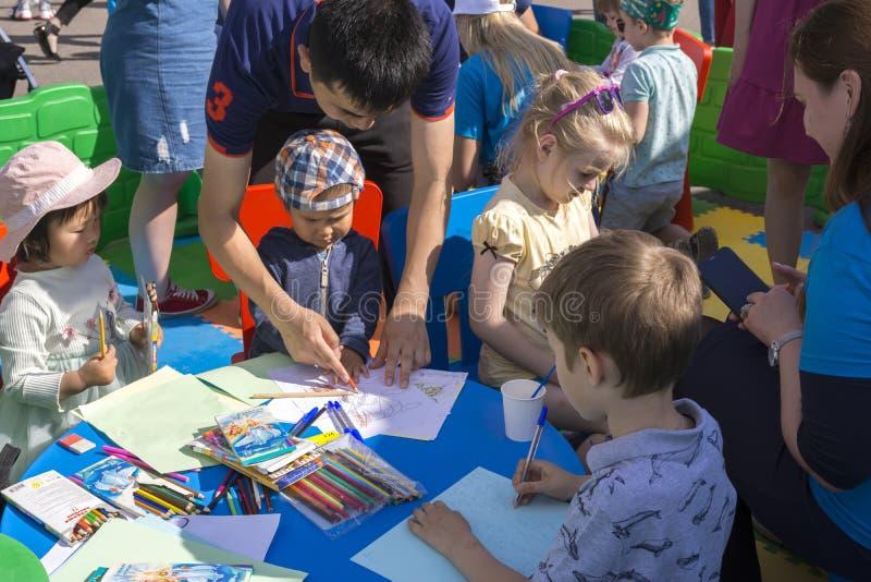 Moskau, Russland, am 2. Juni 2019 Genommen auf 31 Vater mit Kindern im Stadt Park, zum von Kindern zu helfen zu zeichnen lizenzfreie stockfotografie