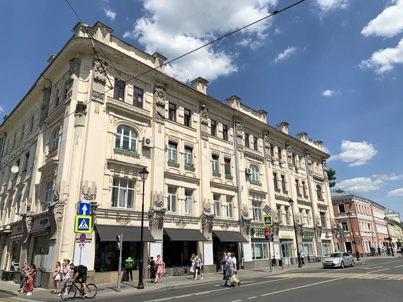 Moskau, Russland, Juni, 20, 2019 Leute, die auf Pokrovka-Stra?e nahe Haus 19 gehen Apartmenthaus von Fyodor Rakhmanov, YE 1898-18 stockfotografie