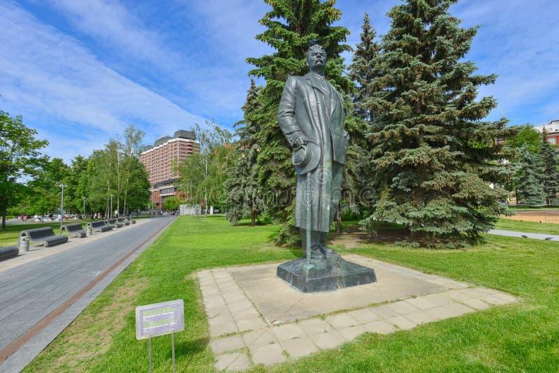 MOSKAU, RUSSLAND - 17. JUNI 2015: Monument zum russischen Verfasser Maxim stockfoto