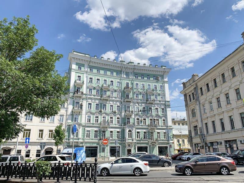 Moskau, Russland, Juni, 20, 2019 Parkplatz auf Chistoprudny-Boulevard nahe Haus 23 Apartmenthaus von N d Teleshov 1900, Bogen lizenzfreie stockfotografie