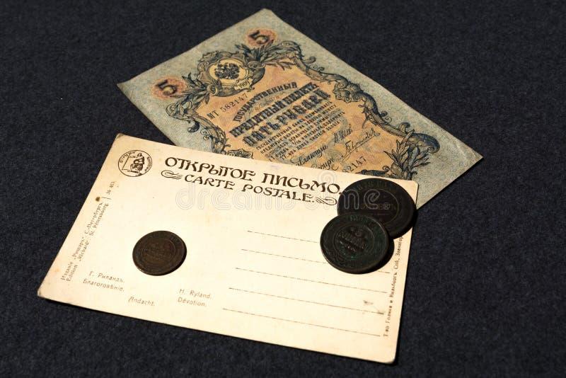 moskau Russland 30. Juni 2019 Russische Banknote 1909 5 Rubel und eine alte Postkarte des Anfangs des 20. Jahrhunderts stockfoto
