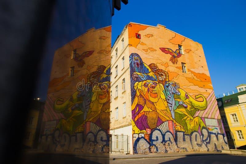 Moskau, Russland, Juni, 20, 2015 Russische Szene: Graffiti für Zirkus ohne Tiere auf den Straßen der Trompete durch den Künstler  stockfotos