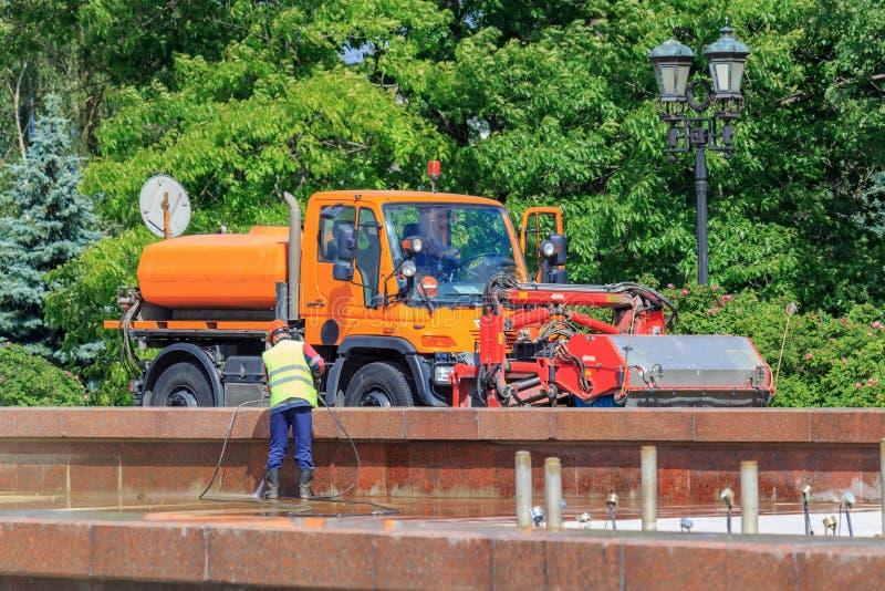 Moskau, Russland - 9. Juni 2018: Saubere Brunnenschüssel der städtischen Arbeitskraft in einem allgemeinen Park über Hochdruckwas stockfoto