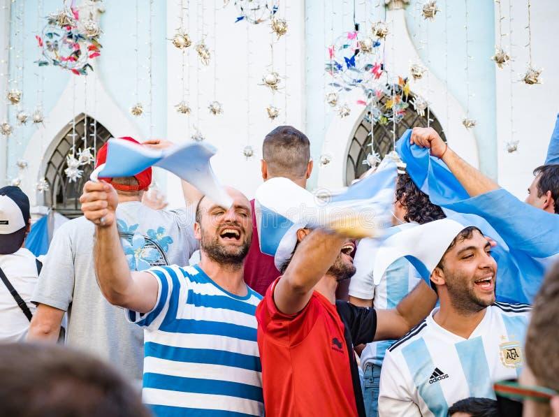 Moskau, Russland, am 16. Juni 2018 Weltcup 2018, Fußballfane auf den Straßen von Moskau Fußballfans von gehendem downthe Argentin stockfotos
