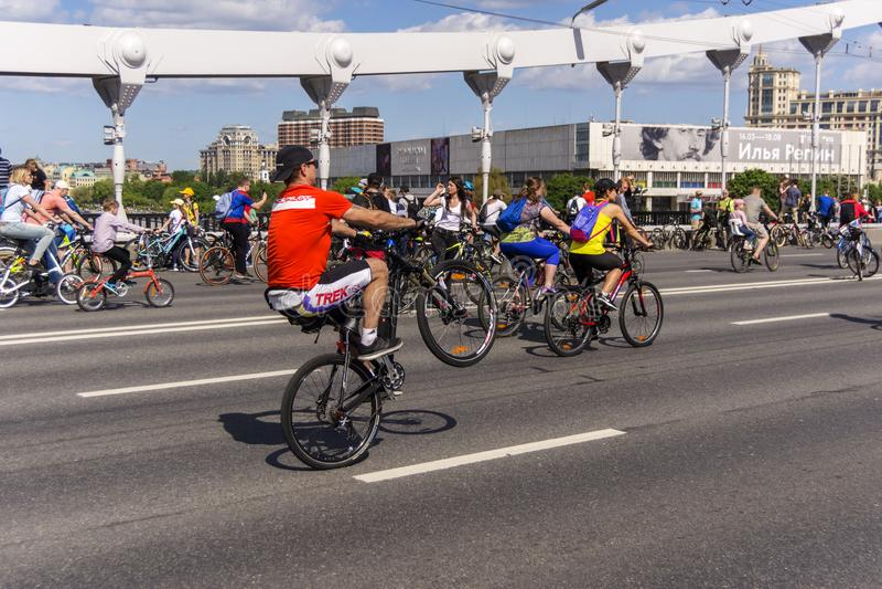 moskau Russland 19 k?nnen 2019 Radfahrenfestival Velofest 2019 Moskaus Lustige Fahrradliebhaber gehen auf die Br?cke Der Radfahre lizenzfreie stockbilder