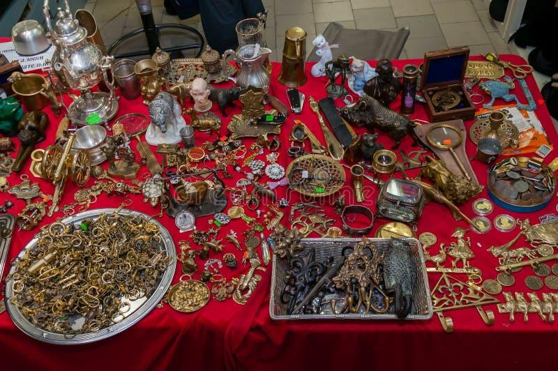 Moskau, Russland - 19. März 2017: Bronze, handgemachte Messingandenken werden heraus mischte auf dem Tisch mit Antiquitäten verbr stockbilder
